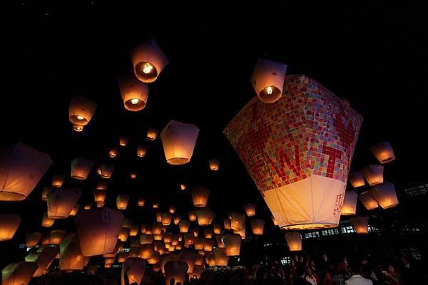擁有近400萬人口的新北市,是台灣人口最多的都市,在國際間因為平溪的天燈文化而有「天燈之城」的稱號,現在還有全球最大旅遊書出版公司,將平溪天燈評選全球14個死前必去的節慶,堪稱另類台灣之光