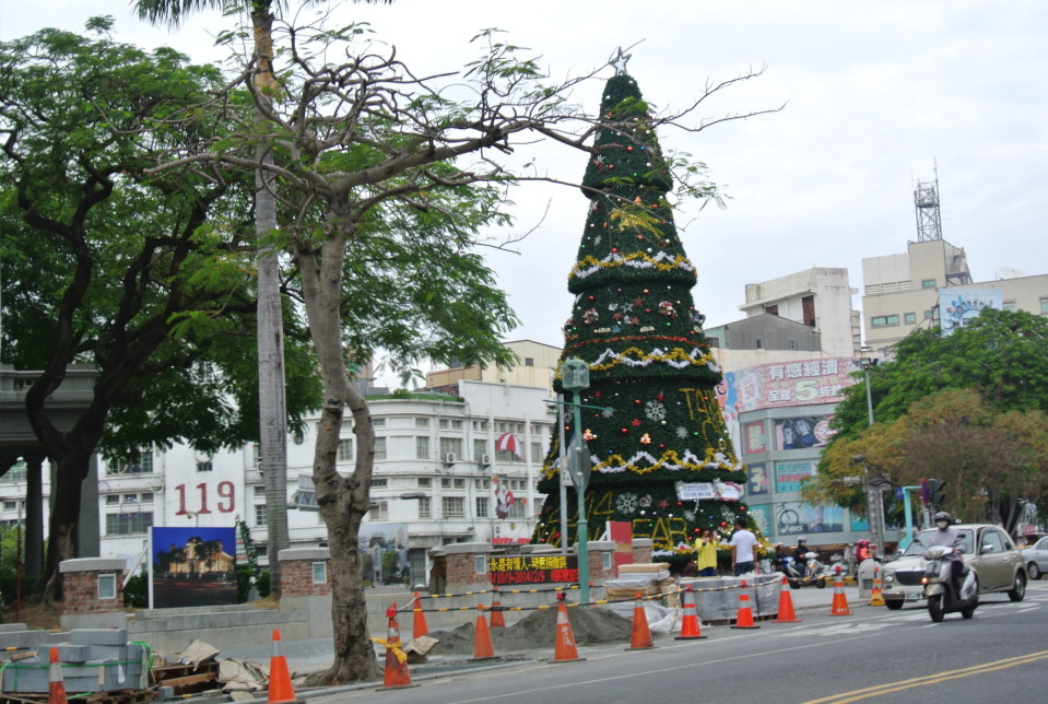 湯德章公園近來充滿耶誕氣氛,南門路施工路段就在耶誕樹旁,相較起來非常突兀。(記者鄭佳佳攝)