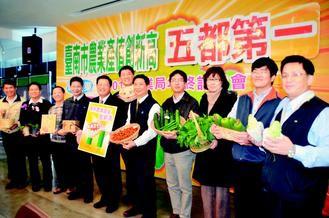 台南農林漁牧總產值創新高,農業局長許漢卿(左四)及同仁交出漂亮成績單。
