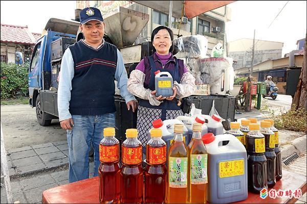 榨油車夫妻捐麻油 送受扶家庭