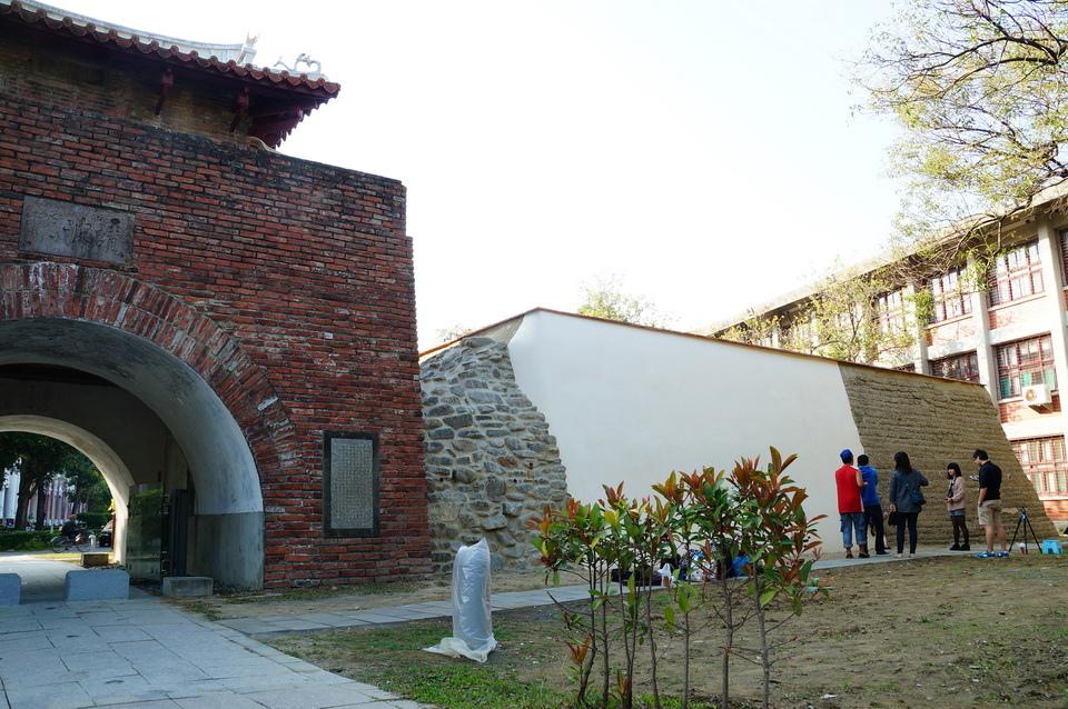 成功大學光復校區的小東門殘蹟已修復,日前開放參觀,重現舊貌。(記者翁順利攝)