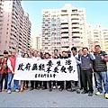 不滿夜市即將進駐住宅區,居民拉布條抗議。(記者黃文鍠攝)