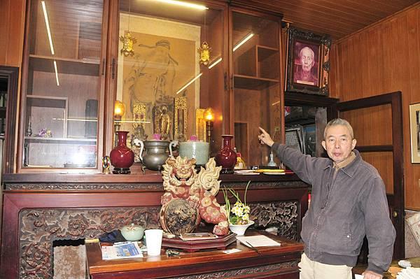 「西佛國」第四代傳人蔡天民指著客廳擺設的元、明、清陶瓷、古物遭竊,空無一物。(記者陳治交攝)