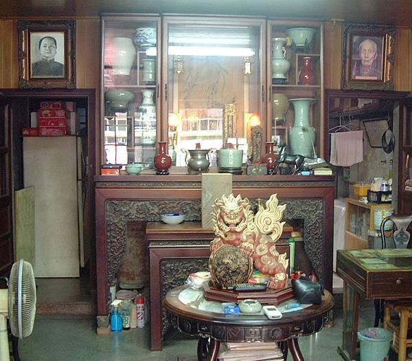 「西佛國」客廳未失竊前之面貌,擺滿珍貴的陶瓷。(記者陳治交翻攝)