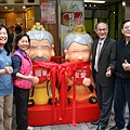 遊客只要與國華公公與友愛婆婆合照打卡,就享有店家優惠。