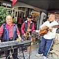 蘇邦嘉、洪明進與陳進隆3人加起來逾200歲,年少時曾是一起玩樂器的好夥伴,相隔近半世紀,3人因新化年貨大街再度為音樂聚首,在新化老街咖啡前合奏,重溫一同玩音樂的年輕歲月。