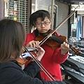單親媽賣彩券,女兒拉小提琴賺學費