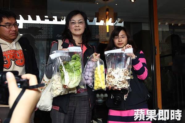 衛生局人員抽驗蔬菜、丸子、菇類食材。李明憲攝