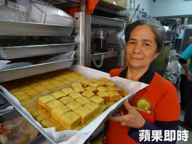 邱惠美每天會把自家生產的古早味蛋糕或鳳梨酥,送到捐血中心供捐血民眾享用。李恩慈攝