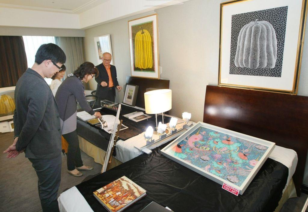 台南藝術博覽會,許多畫廊都推出「First Art我的第一件收藏」活動,以藝術入門款方式,幫助民眾踏入藝術品收藏的領域點。(記者趙傳安攝)
