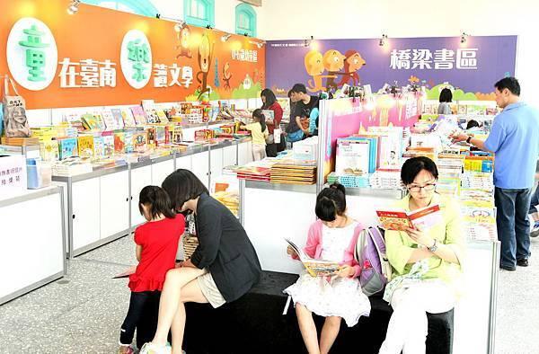 台南兒童文學月邀請卅一家童書出版社展出二千五百多種優質兒童文學讀物,為小朋友開啟幸福閱讀。(記者趙傳安攝)
