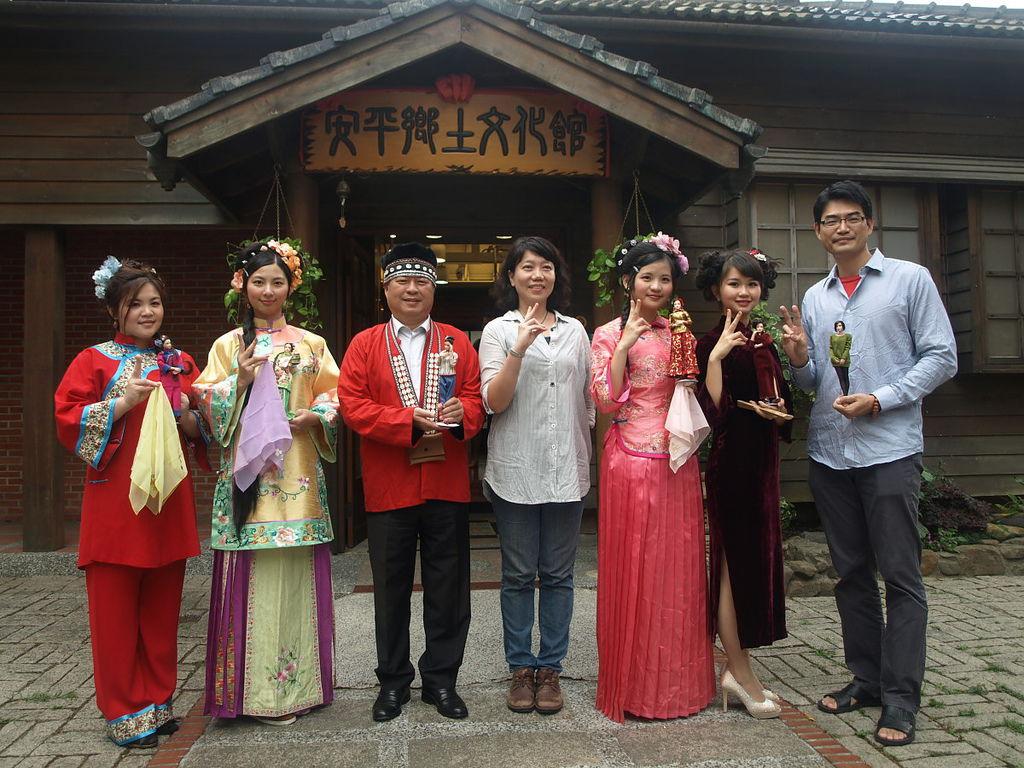 安平鄉土文化館即日起舉辦娃娃看安平主題展活動,區長林國明(左三)和多位穿著亮麗服裝的「詩涵」「麻豆」,共同舉行開幕儀式。