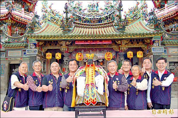 學甲慈濟宮一年一度的上白礁祭祖遶境將於十日登場,廟方展示宮內供奉的黑面軟身保生大帝神像。