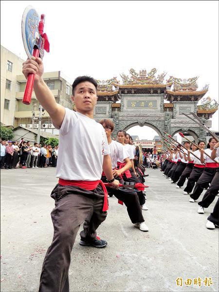 今年在內門奪下宋江大賽冠軍的實踐大學宋江陣,也應邀到學甲慈濟宮「開館」。
