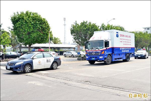 奇美博物館搬運管制類的兵器,警方協助護送。