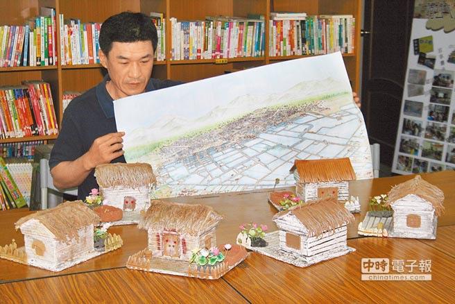 成功里長鄭景元拿著50年前的鄭仔寮地圖,證明當年當地都是魚塭,且都是老舊房屋,桌上呈列都是孩子們用陶土捏出的老房子。