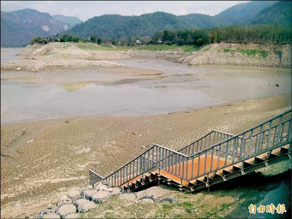 久旱不雨,曾文水庫湖面到處都是裸露淤砂,大埔鄉湖濱公園碼頭因淤沙嚴重,致使交通船及遊艇都無法靠岸