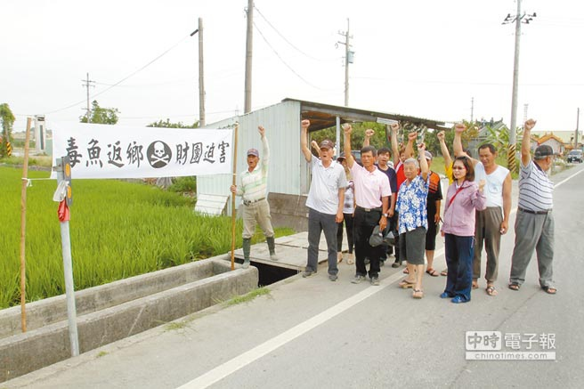 不滿龍燈農藥廠進駐,新化人連日來在臉書串聯靜坐和平抗議,老人家則率先在綁滿抗議標語的布條前,表達抗議心聲。