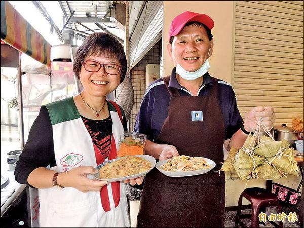 蘇玟龍(右)所經營的早餐店昨日開幕,北台南家扶中心主任莊淑惠特地前往加油打氣。