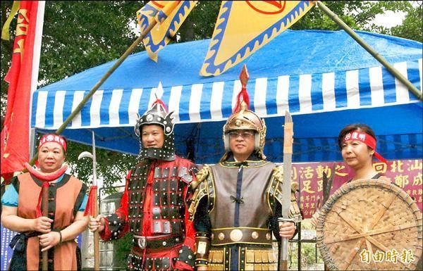 鹿耳社區將辦模擬鄭成功登陸活動,特別租用戰袍盔甲戲服,讓活動更為逼真。