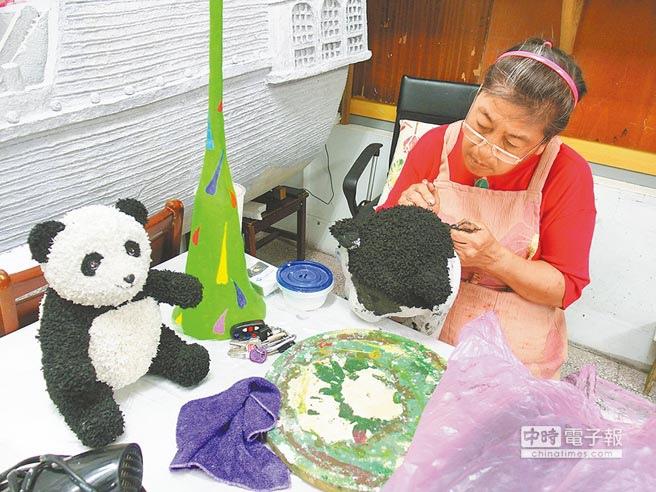 台南市環保局回收美學班成員,以資源回收物製作各種藝術作品,靠紙漿一小撮一撮黏在保麗龍上,營造動物毛茸茸的感覺。
