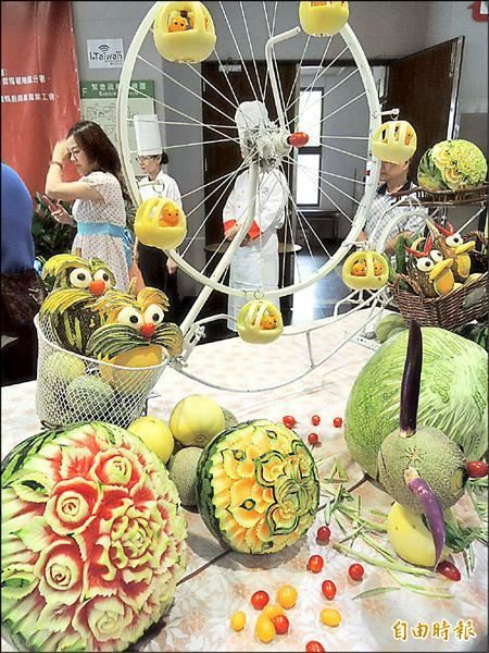 瓜果雕刻展現精緻刀工與藝術感。