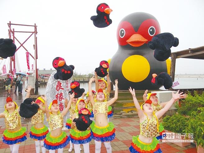 雲嘉南風景管理處向花蓮縣政府商借紅面鴨及藍虎鯨至七股鹽山展出。