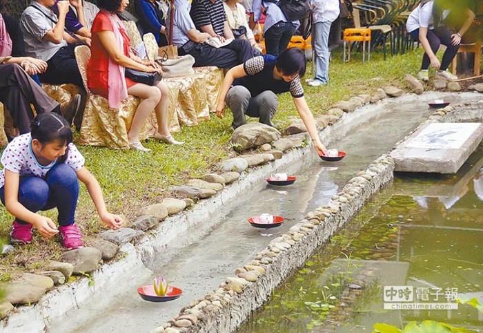 民眾在白荷陶坊取用隨水流動的茶湯,重現古人「曲水流觴」場景。