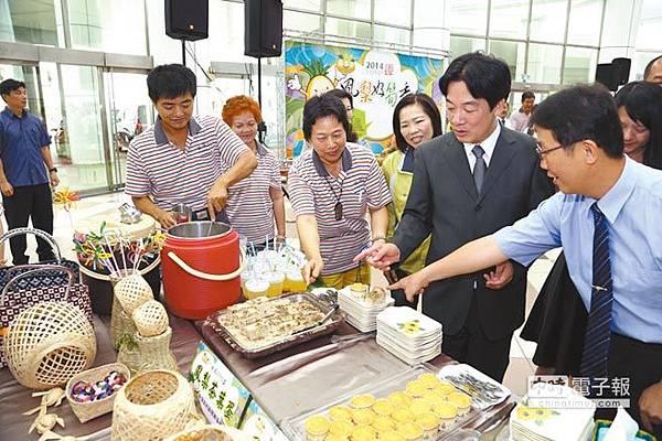 市長賴清德(右二)5日品嘗鳳梨茶葉蛋、鳳梨奶酪等新鮮鳳梨製品。