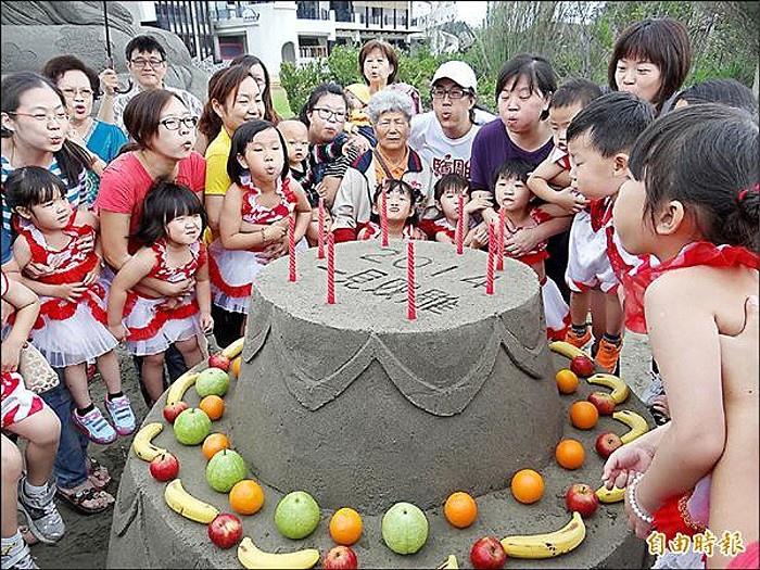 馬沙溝遊憩區重新開園營運,親子製作沙雕水果蛋糕慶祝母親節。