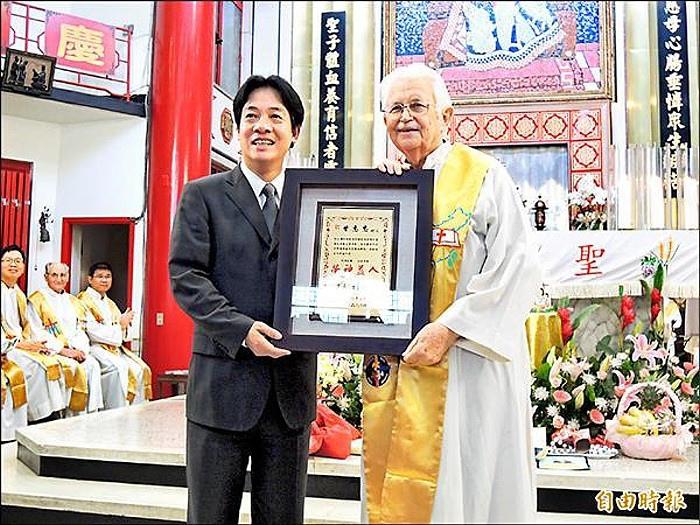 美國籍的甘惠忠神父(右),是第一位非台南市籍,卻獲得台南市卓越市民獎者。