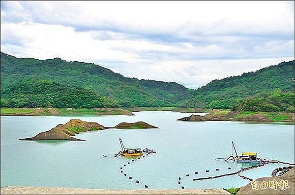 5月初首波梅雨報到,南化水庫進帳有限,仍可見湖中小島。