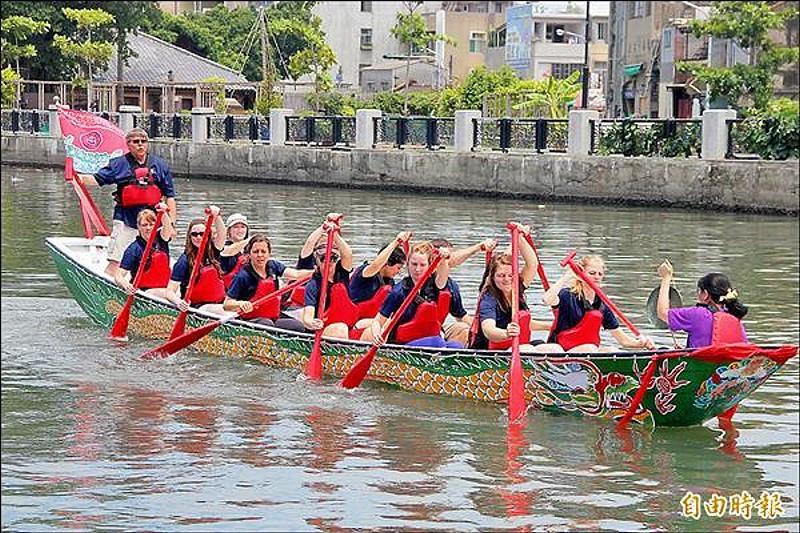 老外划龍舟,雖然手忙腳亂,但也是有趣的跨文化體驗。