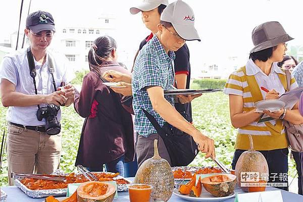 亞蔬中心舉辦田間觀摩,發表多款新品系南瓜,供學者、專家及農民試吃評鑑。