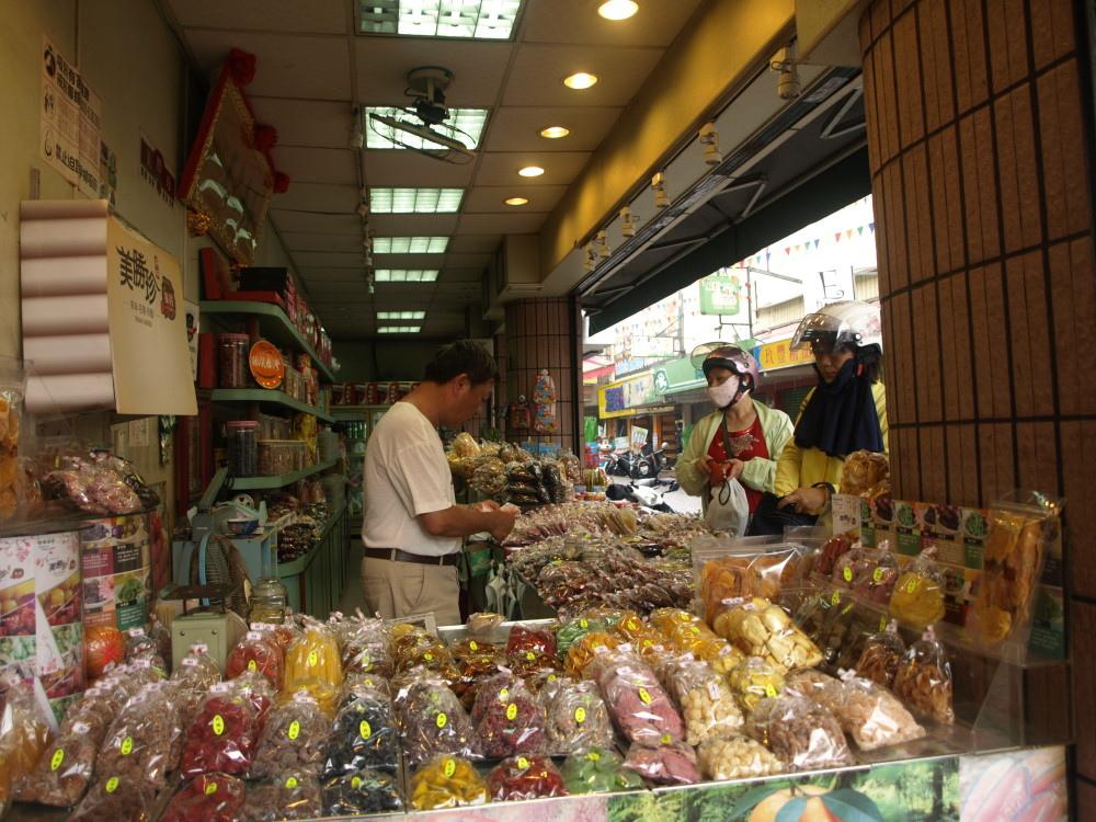 市府經發局選擇國華街部分路段,試辦假日徒步區,店家正反意見都有。