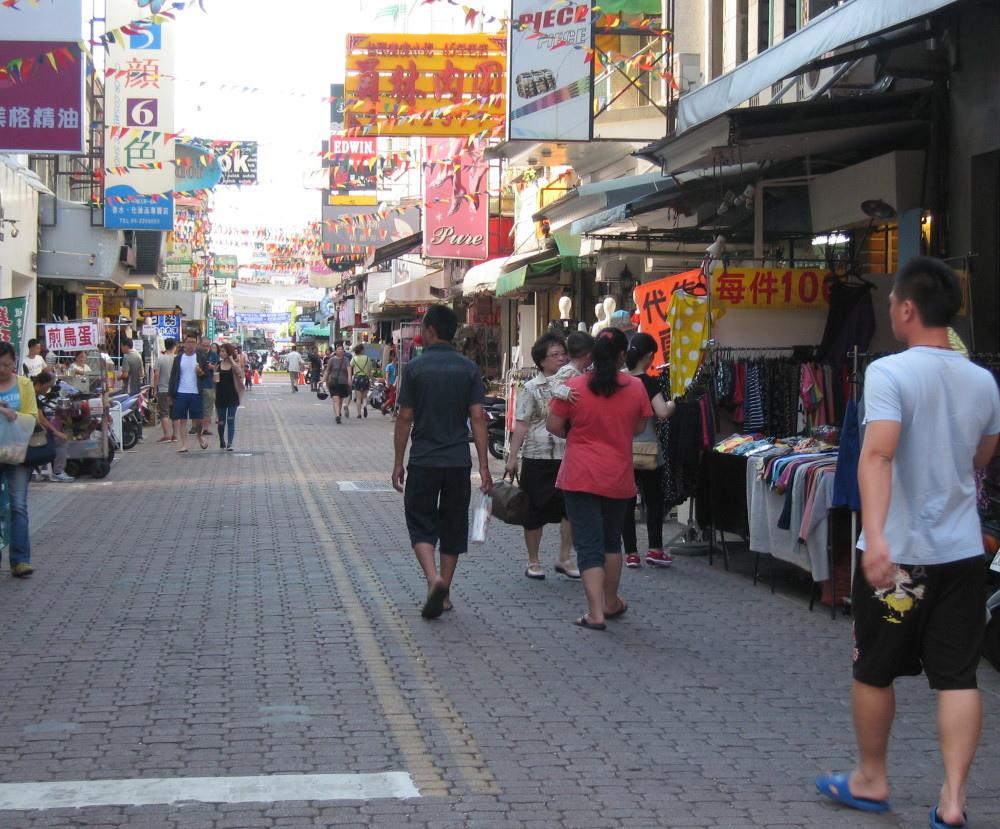 國華友愛新商圈假日徒步區讓民眾可以安心逛街,不用擔心汽機車爭道。
