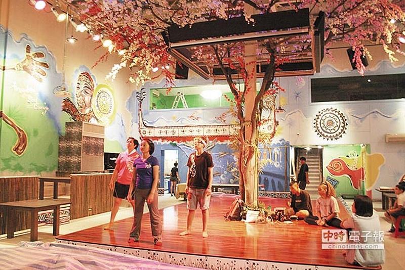 不再只是快炒,原住民成立高檔原住民餐廳,餐廳內設表演舞台,吃飯看藝文表演兼有原民藝廊,圖為舞者排練。
