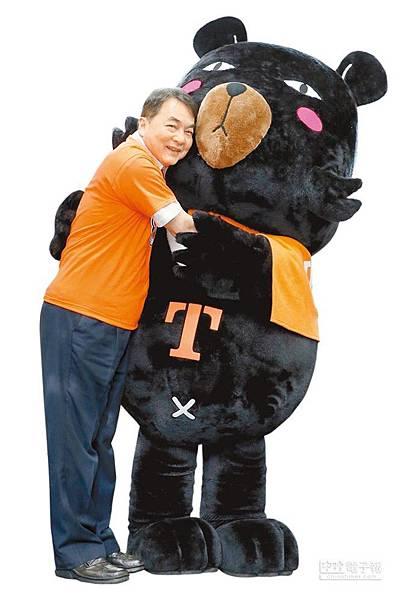 喔熊與觀光局長謝謂君(左)熱烈擁抱。