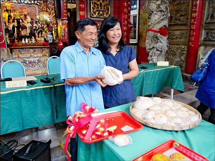 振香珍餅舖饒水樹(左)特製三個一斤重的大肉包為府城巡禮活動宣傳。