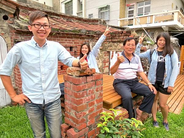 「星光古厝」是松安里長黃高能(右二)與學生們的心血結晶,已接近完工。