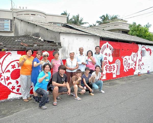 「熱血女青年」李梵榳團隊的付出,獲得在地老人家認同,只要有空,老人家也會加入彩繪,畫自己的家。