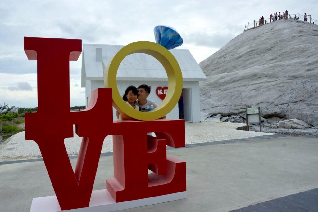 七股鹽山在文創專區「緣屋」前以love為裝置藝術,吸引情侶目光,爭相拍照打卡,成為另一景點。