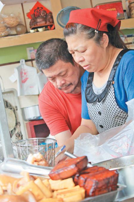老闆娘蔡明珠(右)經營小吃攤25年,不曾漲價