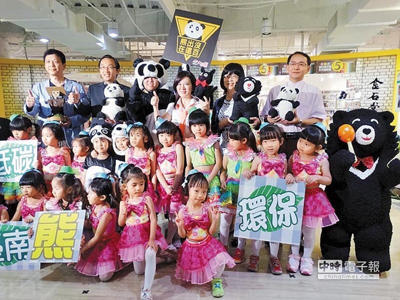 闖關拿好禮環保局13日起在台南大遠百舉辦「低碳台南,熊環保」活動,局長張皇珍(後排右三)與小學童一起出席記者會。