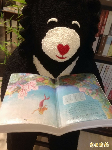 愛閱讀的紙塑台灣黑熊。