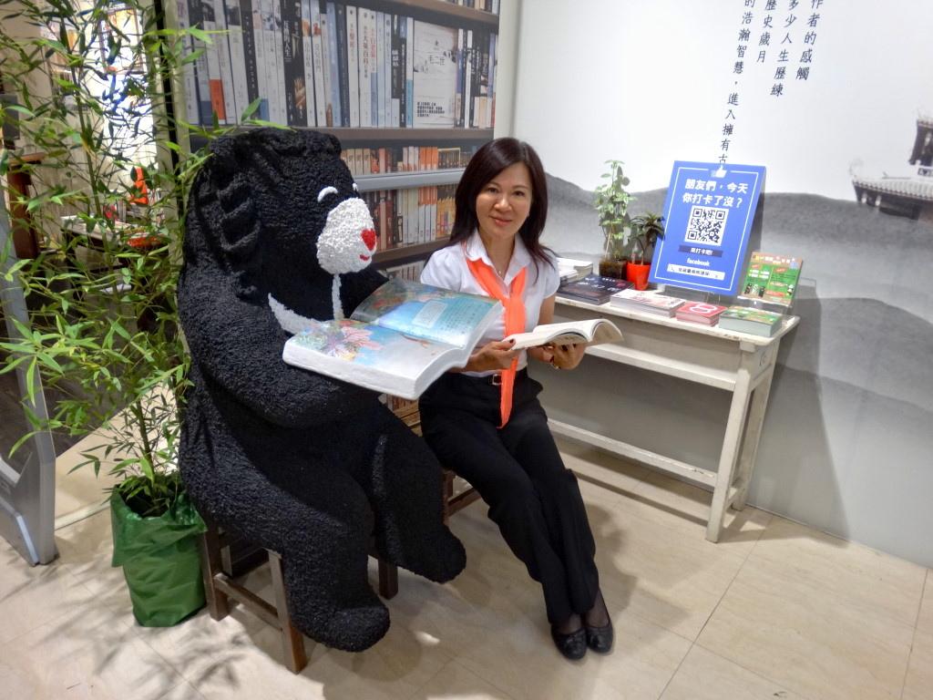 環保局結合遠百舉辦熊出沒低碳藝術展,想跟熊一起看書嗎?可得把握這一個月的展期前往。