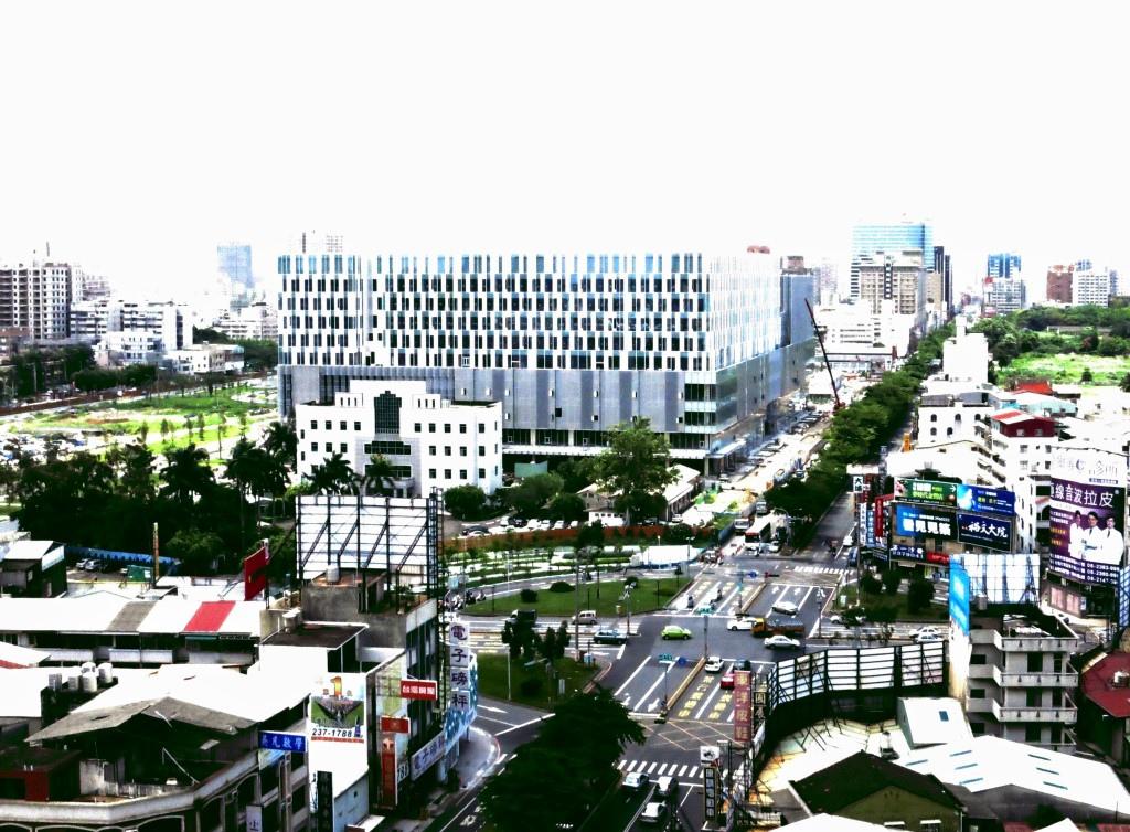 位處東區菁華區的南紡夢時代將開幕,市府要求業者利用周邊尚未開發的二、三空地闢為停車場,以免造成當地交通紊亂。