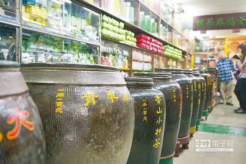 金德春茶莊的招牌景觀,就是整排充滿古意的茶甕。