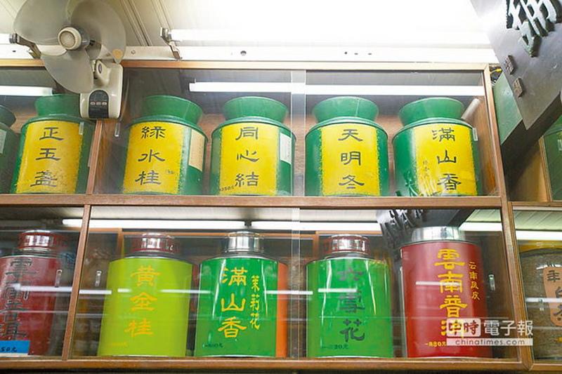 金德春茶莊早年茶罐留有當年茶葉品種名稱,相當有趣。