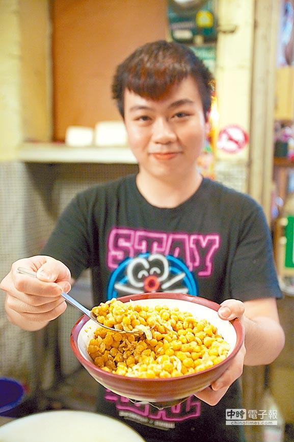溪仔香腸熟肉二代老闆蘇鉦傑說,椪豆就是以黃色豌豆燙過後再蒸。